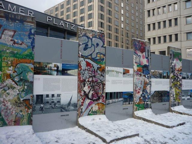 P20-Restes_du_mur_de_Berlin_exposes_sur_la_Potsdamer_Platz